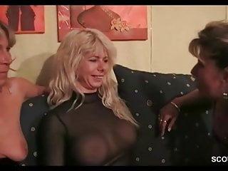 Mutti und ihre Freundinnen erwischen Stief-Sohn und ficken