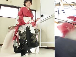 Subtitled Japanese kimono pee desperation failure in HD