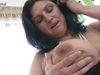 Gorgeous busty mature mom squirting