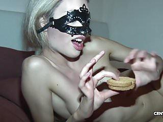 Veronica Le Bon mangia biscotto alla sborra! Merende golose