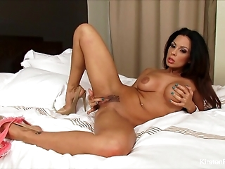 Brunette Kirsten Price stuffs her pussy with a glass toy