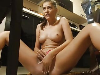 naked camgirl play with her cunt