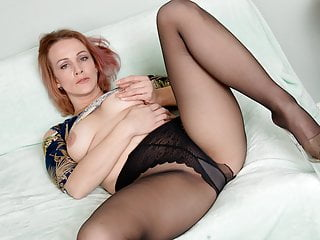 American milf Joclyn stuffs her pussy with nylon pantyhose