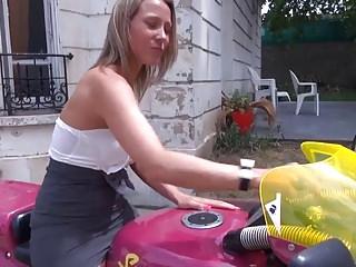 Petite salope a moto baisee par 2 mecs !