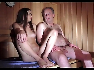 Razz- ragazzina seduce vecchio in sauna